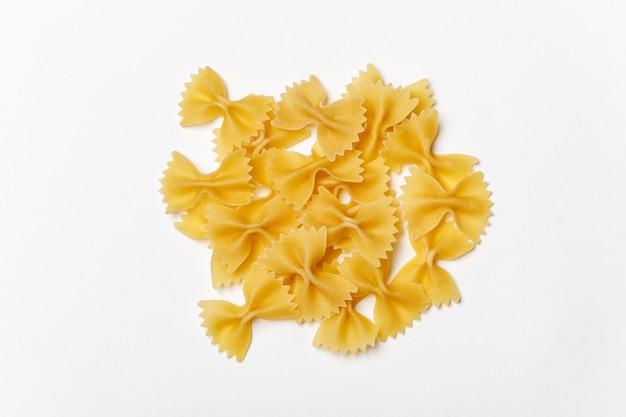 Farfalle. draufsicht. rohe nudeln mit zutaten zum kochen. lebensmittelkonzept
