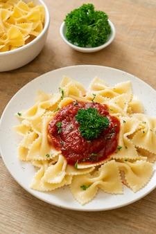 Farfalle-nudeln in tomatensauce mit petersilie - italienische küche