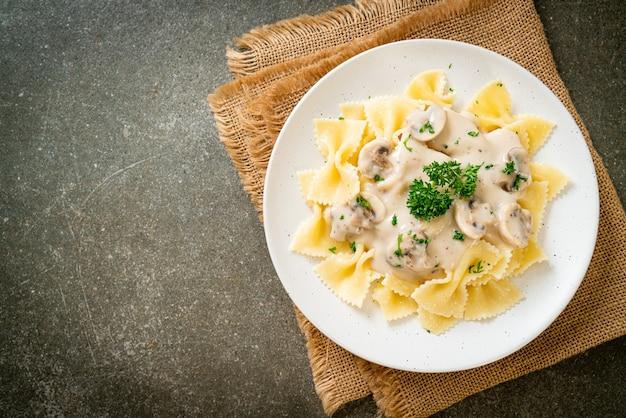 Farfalle pasta mit champignon weißer sahnesauce - italienische küche