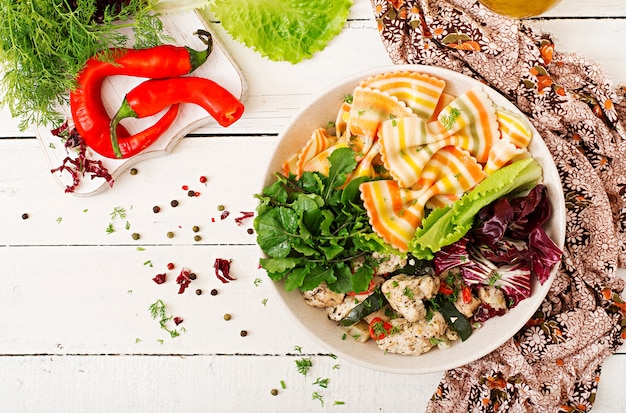 Farfalle-teigwaren-hartweizen mit gebackenem hühnerfilet mit aubergine