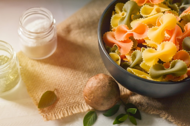 Farfalle tricolor organic gesundes lebensmittel. italienische pasta
