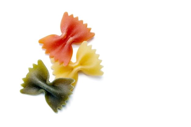 Farfalle tricolore traditionelle italienische pasta lokalisiert auf einem weiß