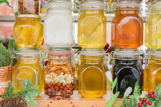 Farious arten von honig im glas auf schaufensterbummel angezeigt.