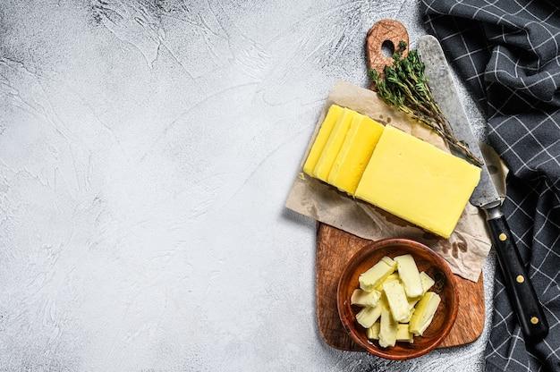 Farm bio-butter auf einem hölzernen schneidebrett
