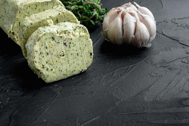 Farm butter mit einem kraut für sandwiches und steak, auf alten dunklen holztisch