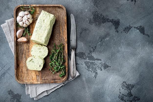 Farm butter mit einem kraut für sandwiches und steak auf grauem stein