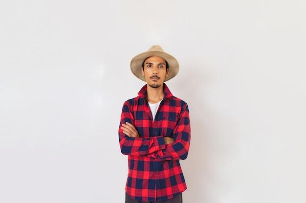 Farmer junger schwarzer mann mit hut lokalisiert im weißen hintergrund