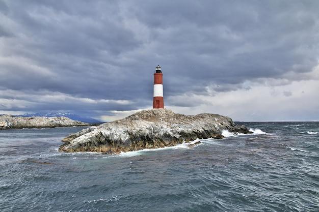 Faro les eclaireurs im beagle-kanal in der nähe der stadt ushuaia, feuerland, argentinien
