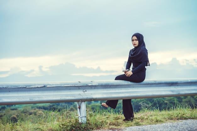 Fashi-porträt der jungen schönen moslemischen frau mit dem schwarzen hijab. weinleseart
