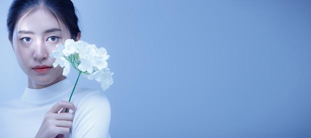 Fashion beauty woman hat kurzes glattes schwarzes haar und drückt einsame traurigkeit aus.