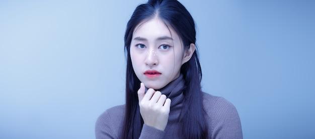 Fashion beauty woman hat langes glattes schwarzes haar und drückt einsame traurigkeit aus.
