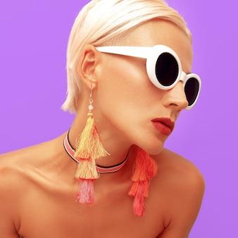Fashion blonde im sommer stilvolle accessoires. sonnenbrille. choker und ohrringe trendy