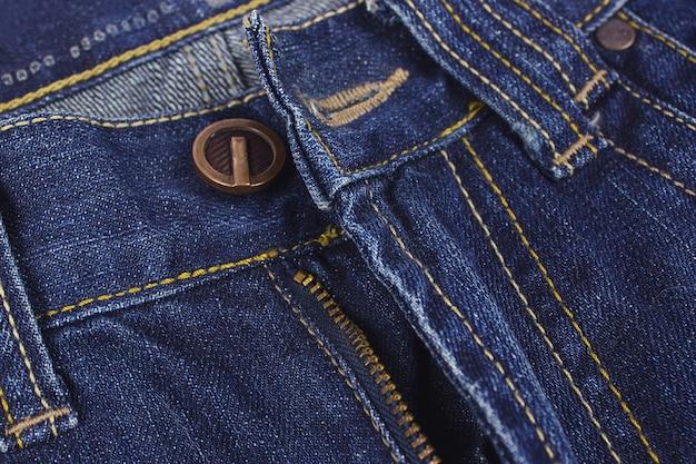 Fashion blue jeans auf holzuntergrund. nahaufnahme.