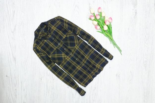 Fashion-konzept. grünes kariertes hemd und rosa tulpen.