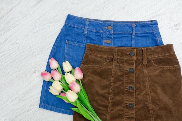Fashion-konzept. zwei röcke und rosa tulpen.