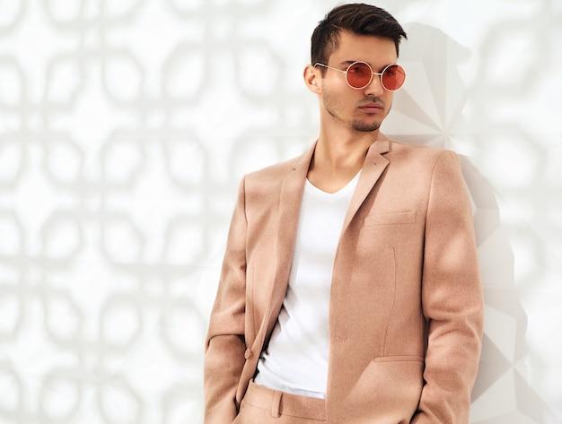 Fashion stilvolles modell in eleganten hellrosa anzug gekleidet