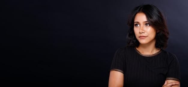Fashion woman hat glattes schwarzes haar und schaut auf den kopierraum