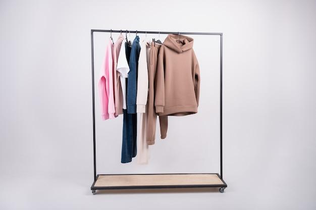 Fashionorange hoodie sweatshirt nahaufnahme mit pullover und braunem hemd auf kleiderbügel