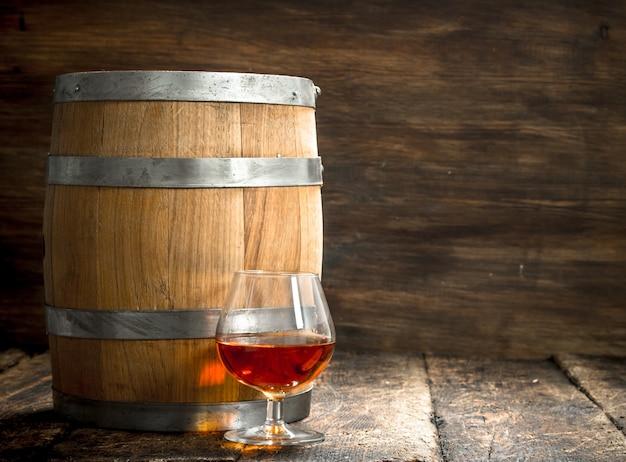 Fass mit einem glas cognac