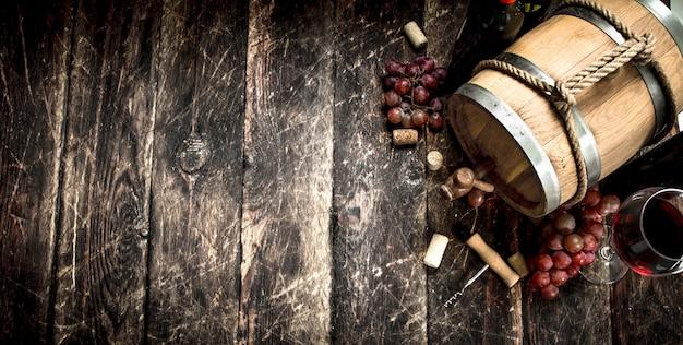 Fass mit rotwein und frischen trauben