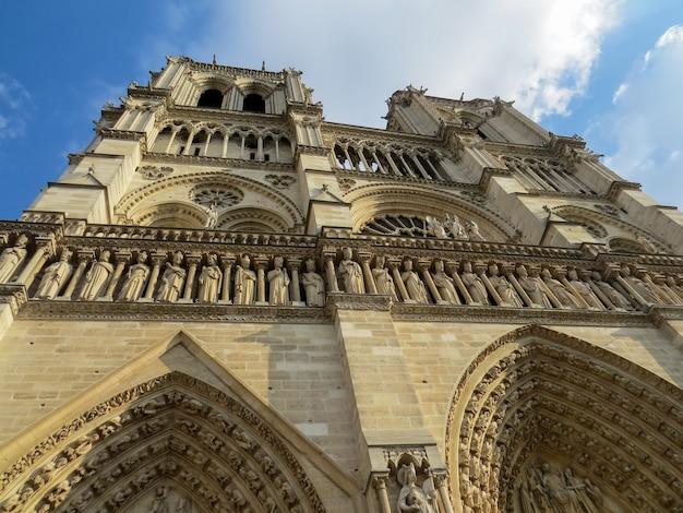 Fassade der kirche notre dame in paris, frankreich.