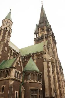 Fassade der schönen kathedrale von st. olga und elizabeth, lemberg. ukraine