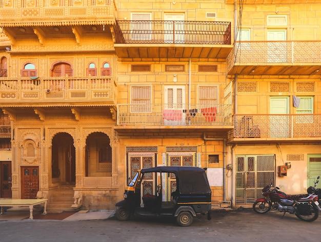 Fassade des alten haveli-hauses in jaisamer. jaisalmer ist in indien als golden city bekannt