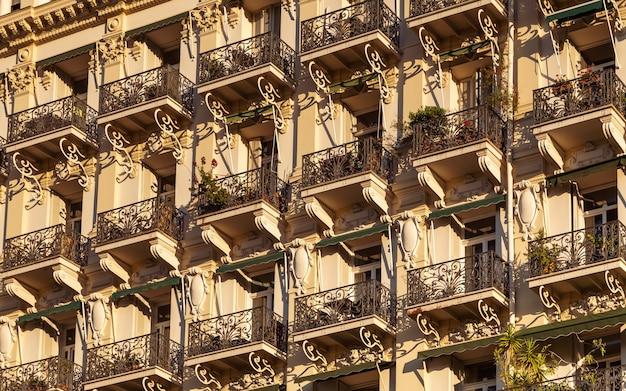 Fassade des historischen hauses mit typischen französischen balkonen und wanddekoration in nizza frankreich