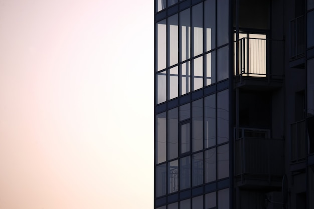 Fassade des mehrfamilienhauses gegen den himmel