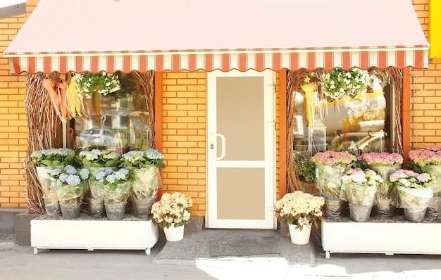 Fassade des schönen blumenladens an einem sonnigen tag