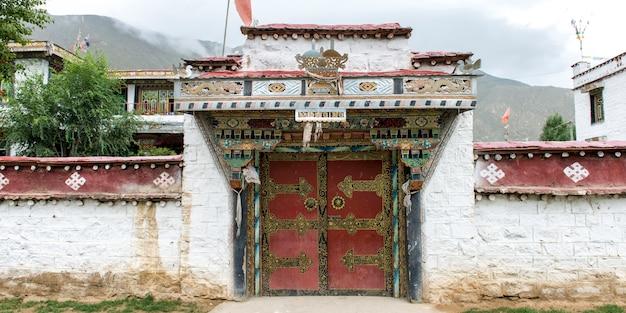 Fassade des traditionell tibetanischen gebäudes in einem dorf, tibet, china