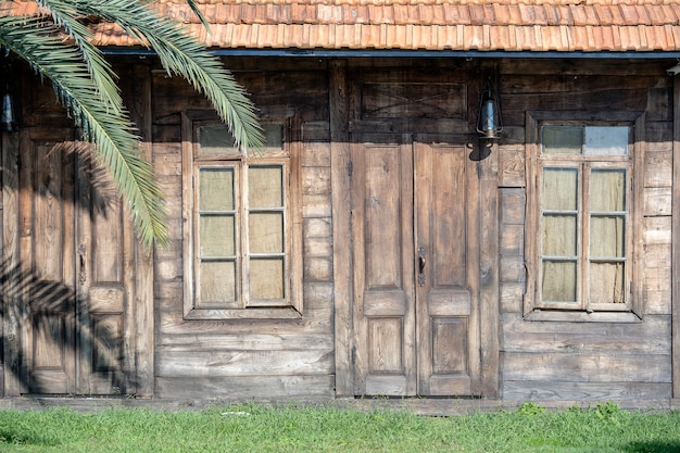 Fassade eines alten holzhauses.