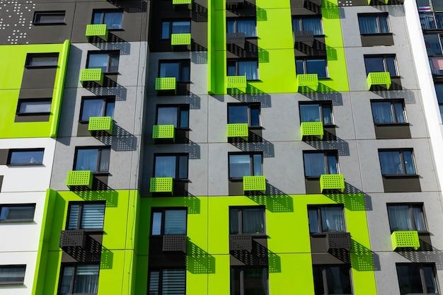 Fassade eines modernen neuen wohngebäudes