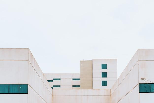 Fassade eines weißen gebäudes mit einfachen und minimalistischen geraden linien.