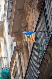 Fassade mit katalonien-flagge zur unterstützung der unabhängigkeit.