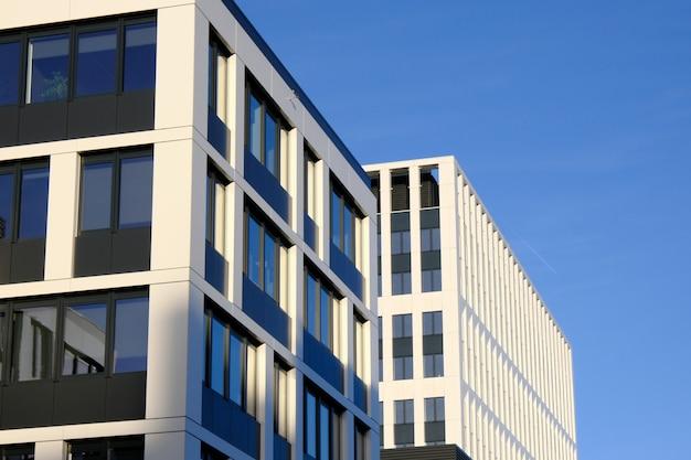 Fassade von modernen bürogebäuden in einem neuen zeitgenössischen geschäftszentrum.