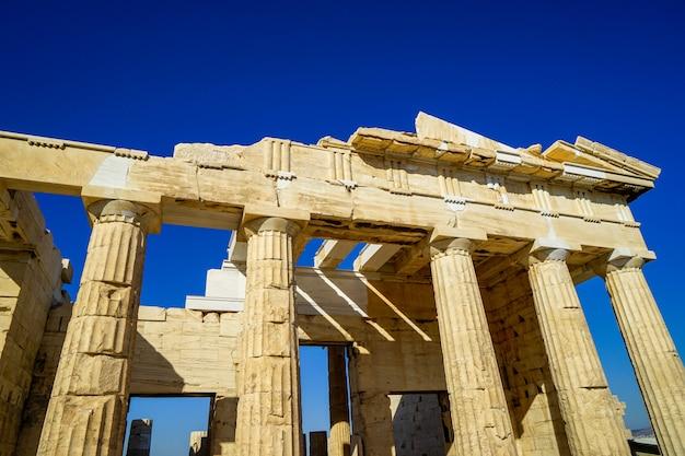 Fassade von propyläen, tor zur akropolis, erbaut mit marmor und kalkstein