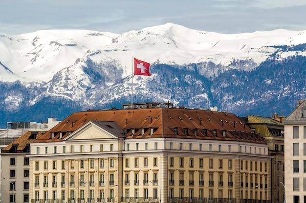 Fassaden historischer gebäude in der innenstadt von genf, schweiz am leman-see mit schneebedeckten alpengipfeln an sonnigen klaren tagen.