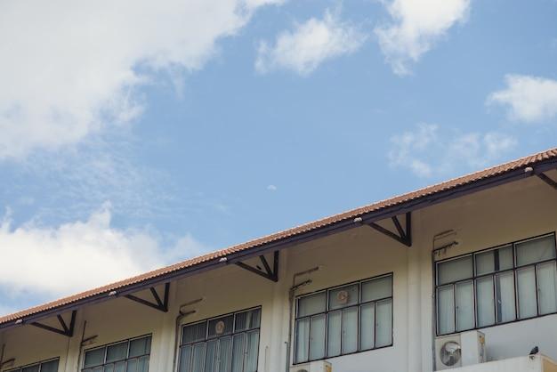 Fassadenansicht der mauer und fenster des alten fabrikgebäudes.