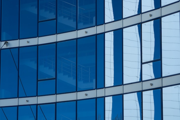 Fassadenturm mit blauen fenstern