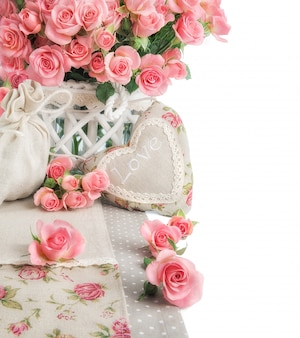 Fassen sie bild mit vielen rosa rosen und angefülltem herzen auf weiß ein