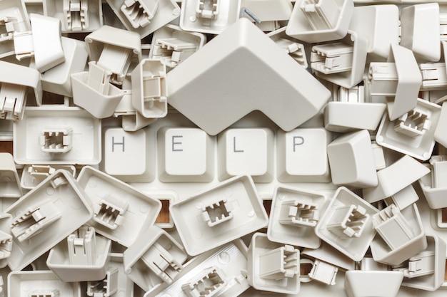 Fassen sie hilfe von einem stapel von computerschlüsseln ab