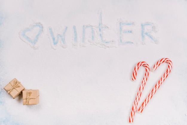 Fassen sie winter auf zuckerpulver mit bonbons ab
