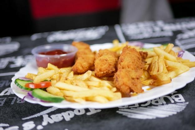 Fast food auf einem tisch im restaurant