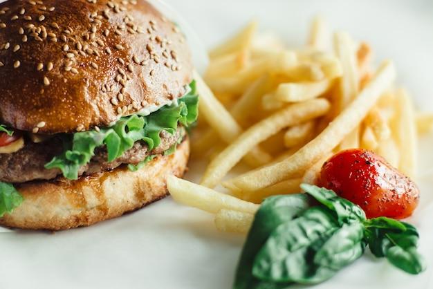 Fast food, burger mit pommes auf dem teller