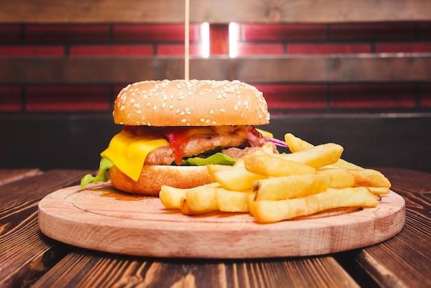 Fast food. burger und pommes.