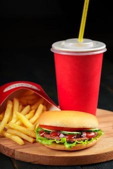 Fast food, hausgemachter burger auf holz