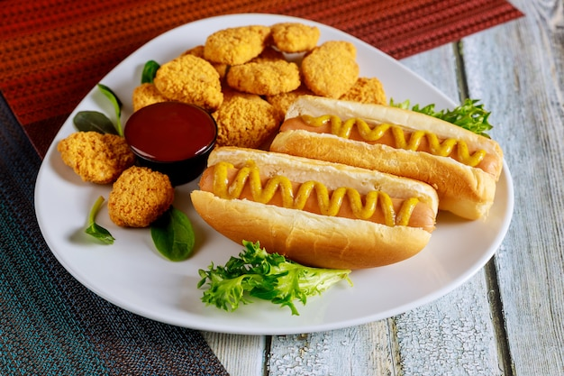 Fast-food-konzept. hot dog mit hühnernuggets.