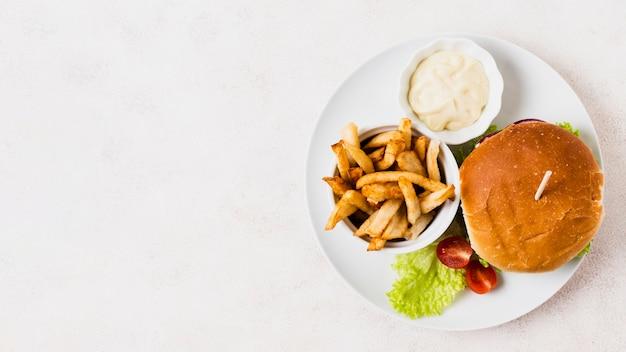 Fast-food-mahlzeit mit textfreiraum