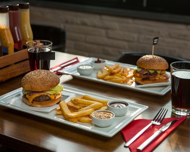 Fast-food-menü für zwei personen in weißen teller.